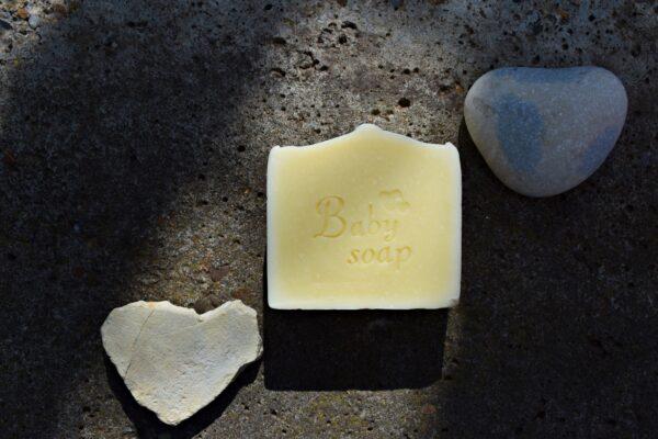 Baby Soap - sapun solid, cu unt de shea si ulei de migdale, fabricat prin metoda la rece. Produs hand made, in Romania. KALARI - cosmetice naturiste.