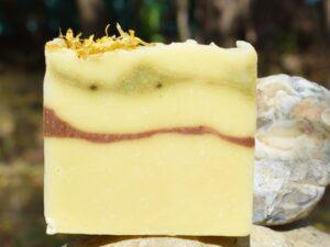 Calendula - sapun solid, natural, cu galbenele, unt de mango si unt de shea, fabricat prin metoda la rece. Produs hand made, in Romania. KALARI - cosmetice naturiste.