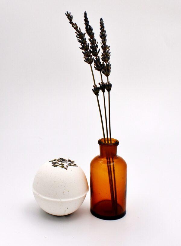 Fizz - bomba de baie cu bicarbonat de sodiu, acid citric, sare Epsom, ulei de migdale. Produs hand made, in Romania. KALARI - cosmetice naturiste.